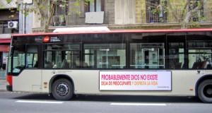 Fotomontaje de un bus ateo
